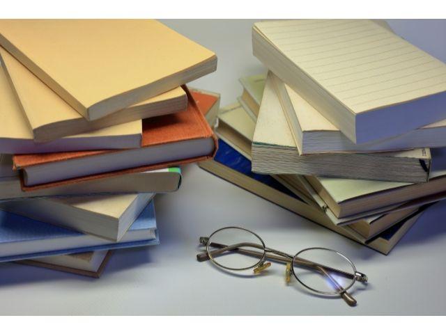 平積みにされた書籍とめがね