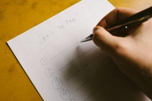 紙にボールペンで文字を書く