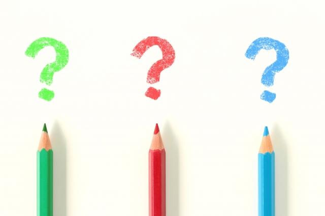 3本の色鉛筆とクエッションマーク