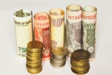 丸めた紙幣とコイン