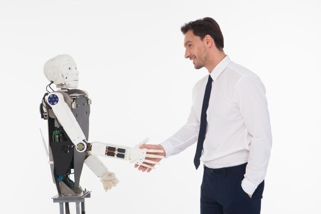 握手を交わす人とロボット