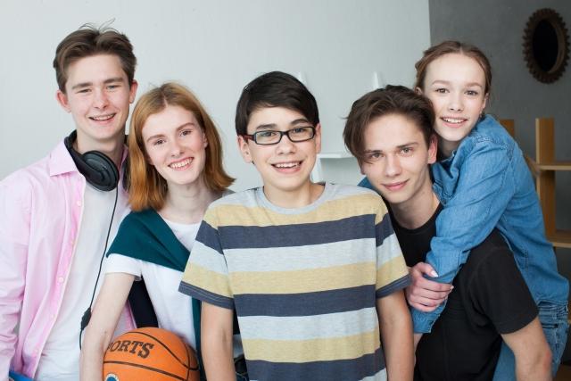 微笑む5人の男女