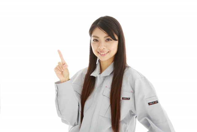 人差し指を出す長い髪の女性