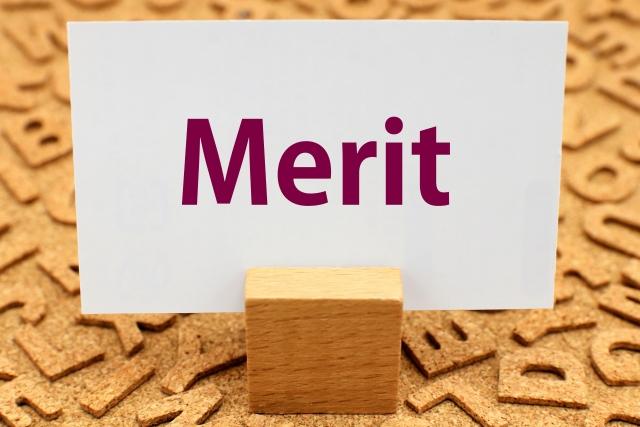 積み木に挟んだ名刺に「Merit」の文字