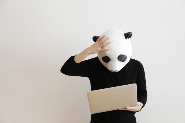 頭を抱えるパンダ