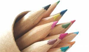 数本の尖った色鉛筆