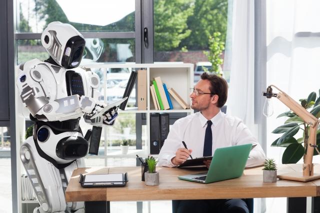 ロボットと仕事をするビジネスマン