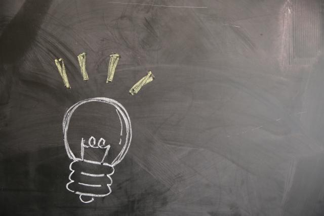 黒板に書かれた電球の図