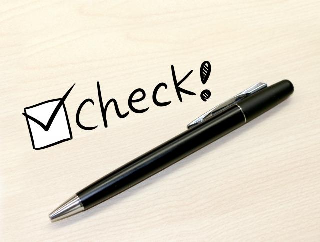 「check!」の文字とボールペン