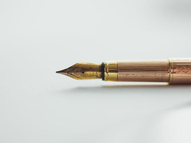 金色の万年筆の先