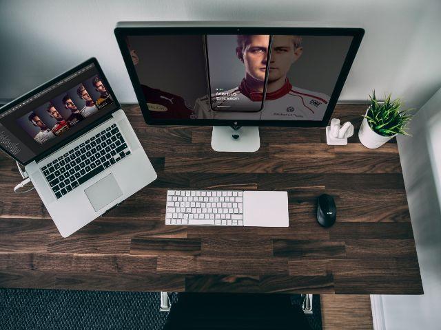 パソコンと木製のデスク