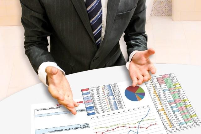 資料を使って商談をするビジネスマン