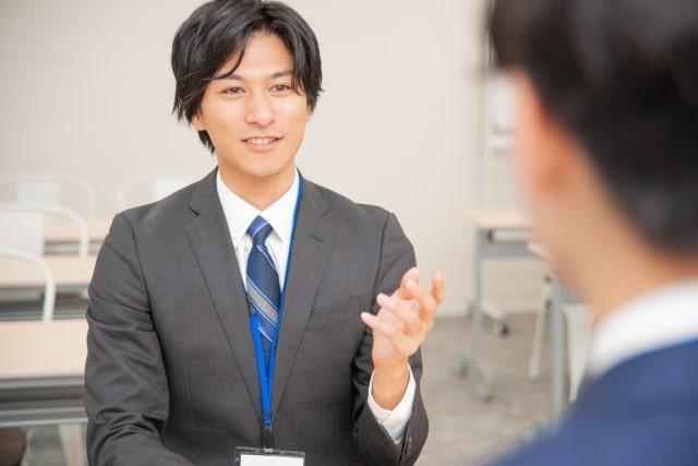 対面で商談しているビジネスマン