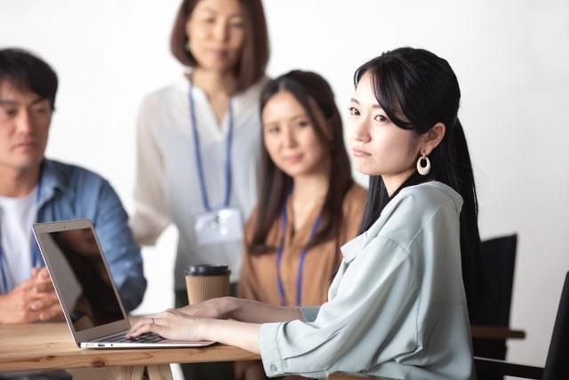 PCの画面に見入る3人の女性