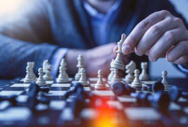 チェスをしている男性